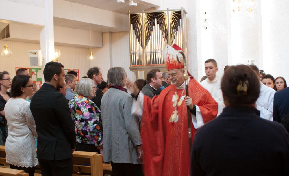 Biskopen välsignar församlingen